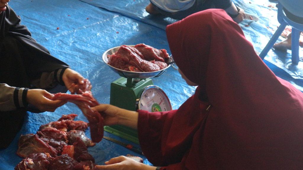 Proses Pemotongan Daging Qurban Di Aula SIT Al Fatih