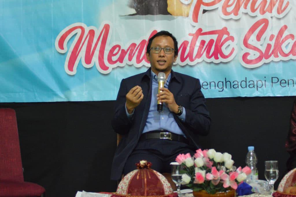 Dr. Adnan Dalam Menyampaikan Materi Peran Ayah Mendidik Anak