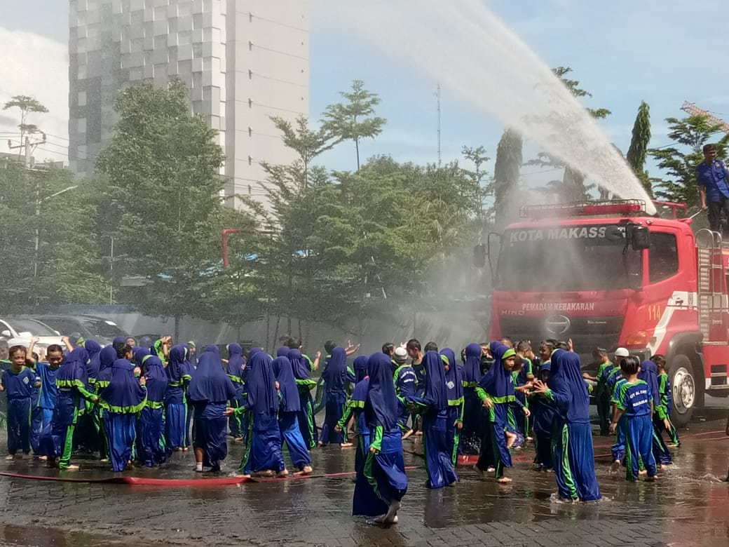 merasakan sensasi air dari mobil pemadam kebakaran