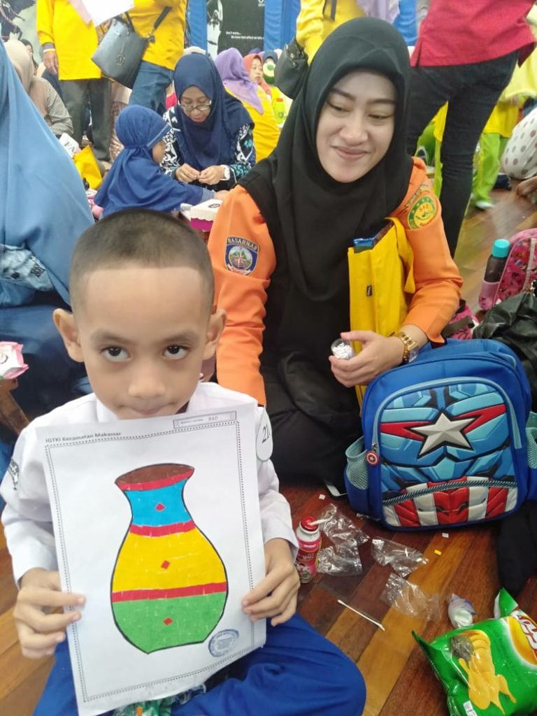Ananda Khael kelas B2 bangga memamerkan hasil karyanya ditemani bunda tercinta. Berhasil mendapat juara favorit III Mewakili TKIT Al Fatih Makassar