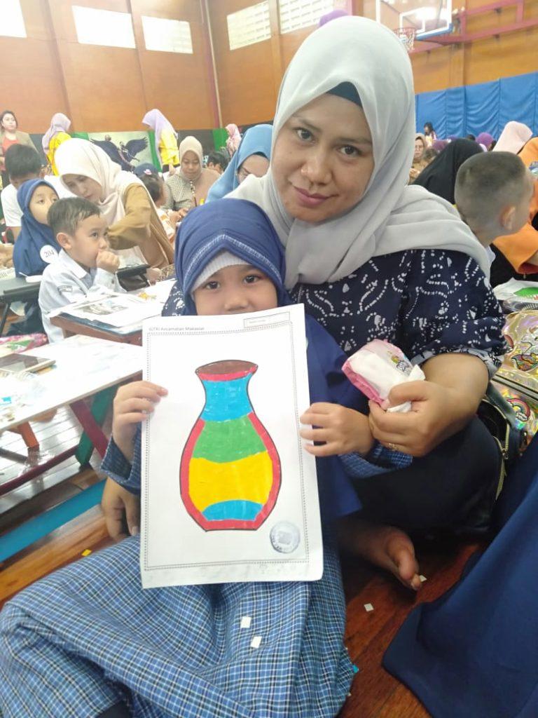 Ananda Atifa kelas B2 dan bunda, mewakili TKIT Al Fatih dan mendapat juara favorit VI