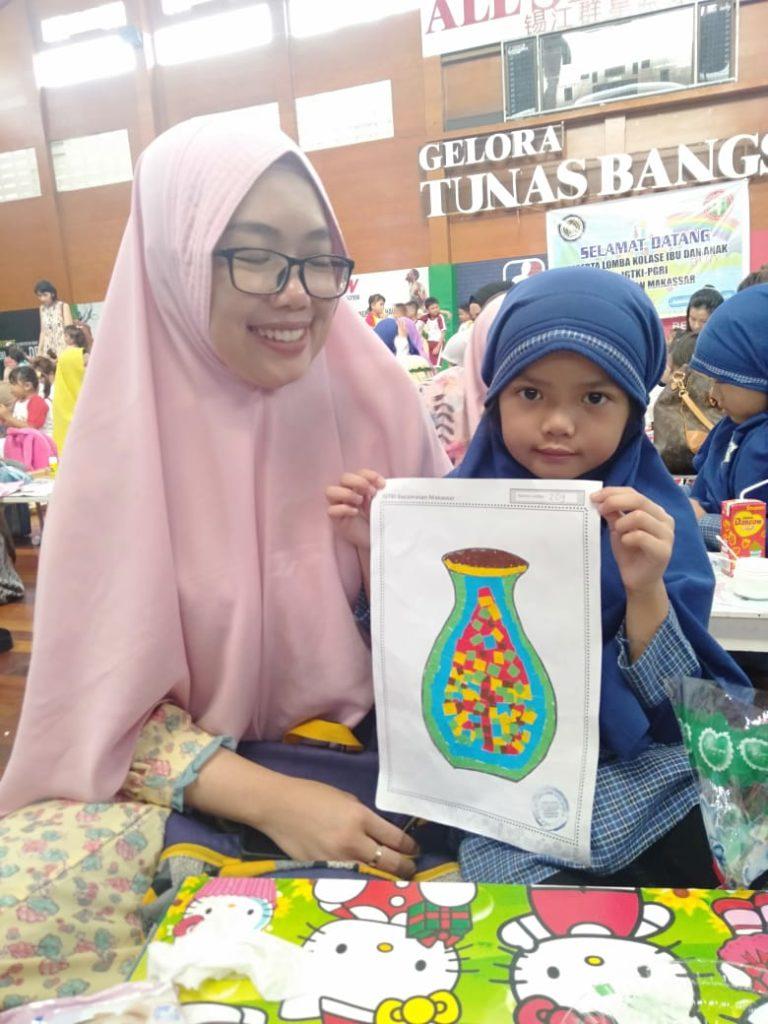 Ananda Cika kelas B4 Bangga memamerkan hasil karyanya bersama bunda tercinta.