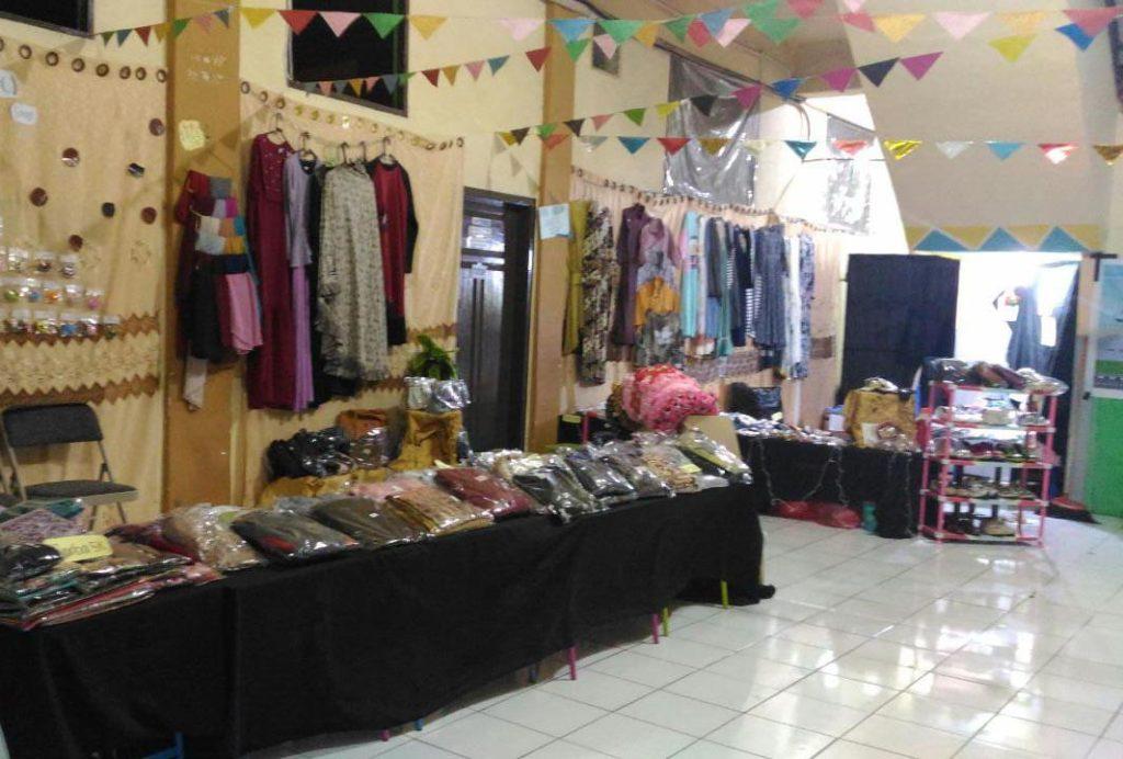Tampak berbagai jenis pakaian dan aksesoris di pajang di depan kelas, sesaat sebelum bazar amal di mulai