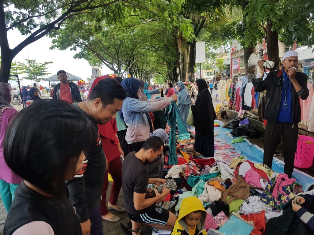 Lapak bazar amal pantai losari juga dipadati pembeli