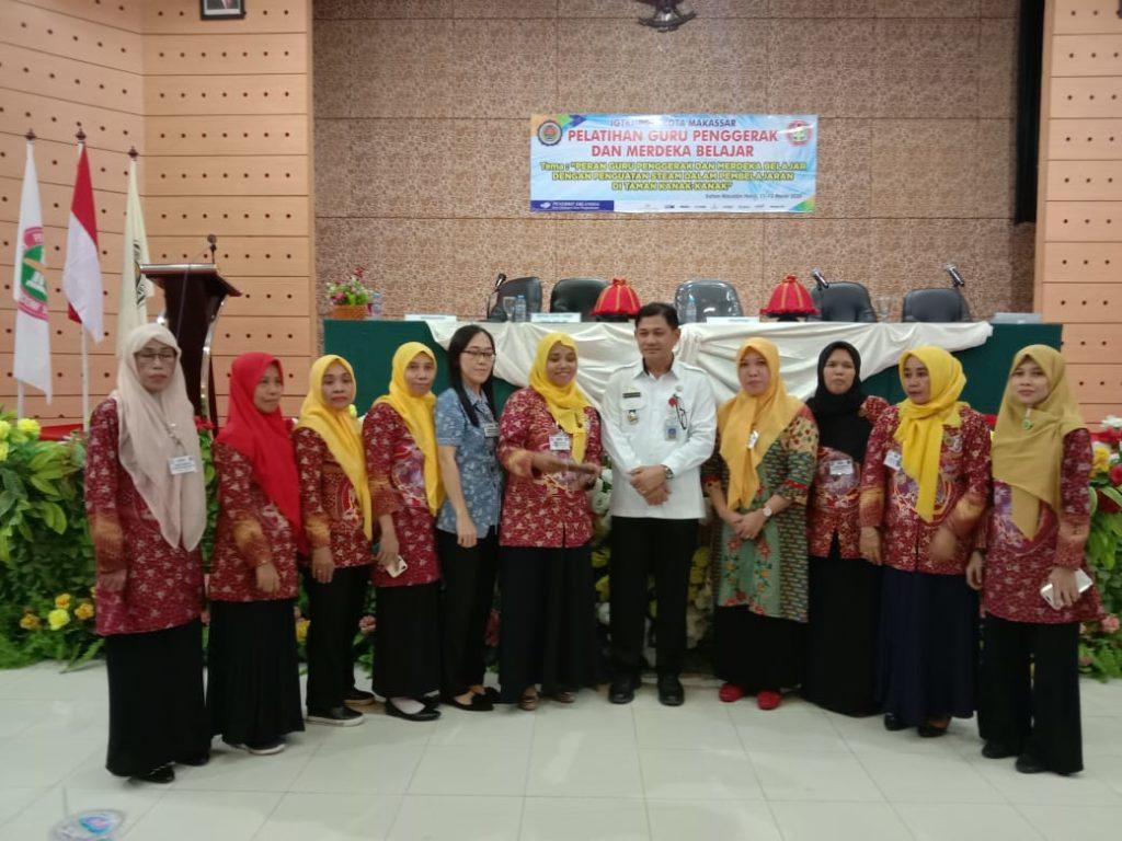 Bapak Dr. Hikmah Manganni, M.Pd berpose bersama guru IGTKI kecamatan Makassar