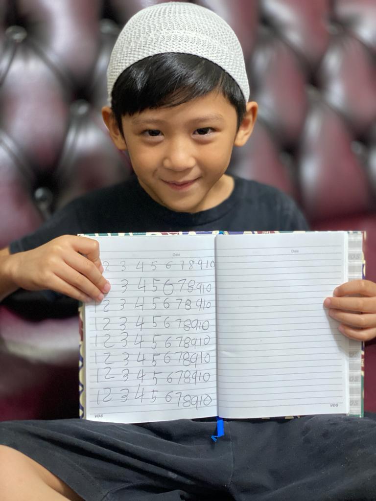 Ananda kelas B3 Menunjukkan hasil belajar menulis angka