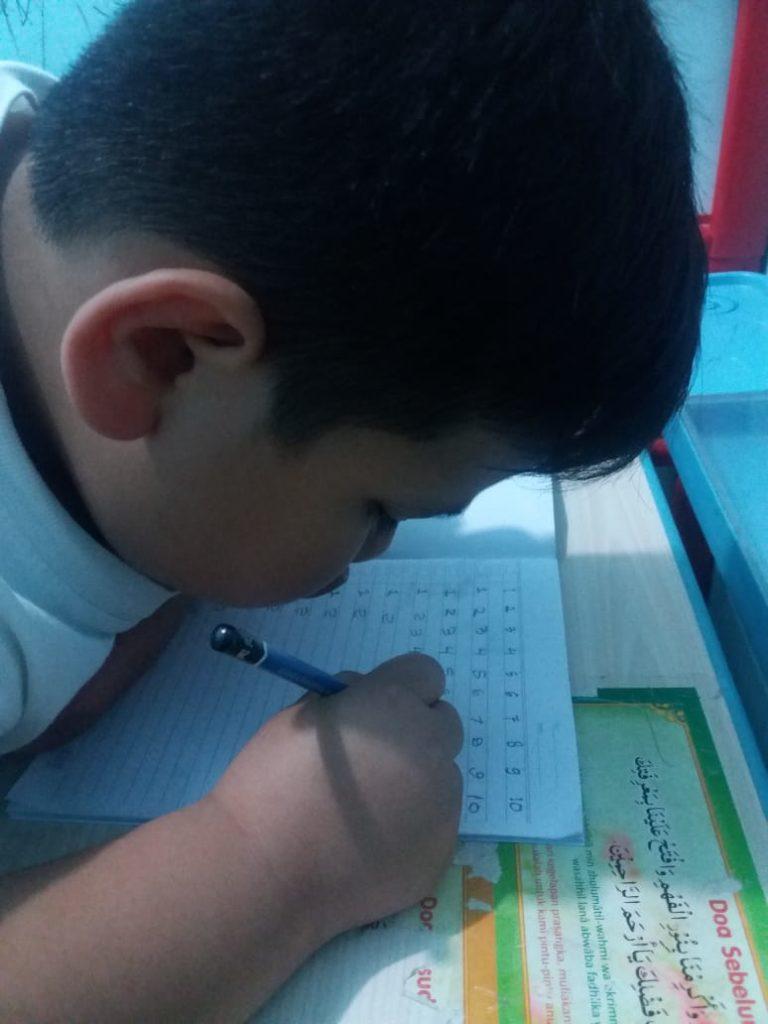 Ananda kelas B3 semangat menulis angka