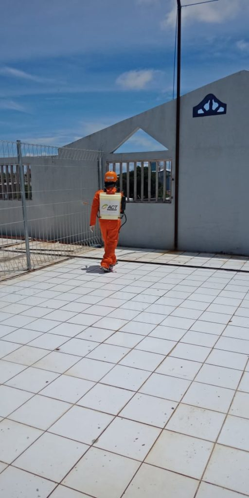 Penyemprotan desinfektan di lantai 4 SIT Al Fatih
