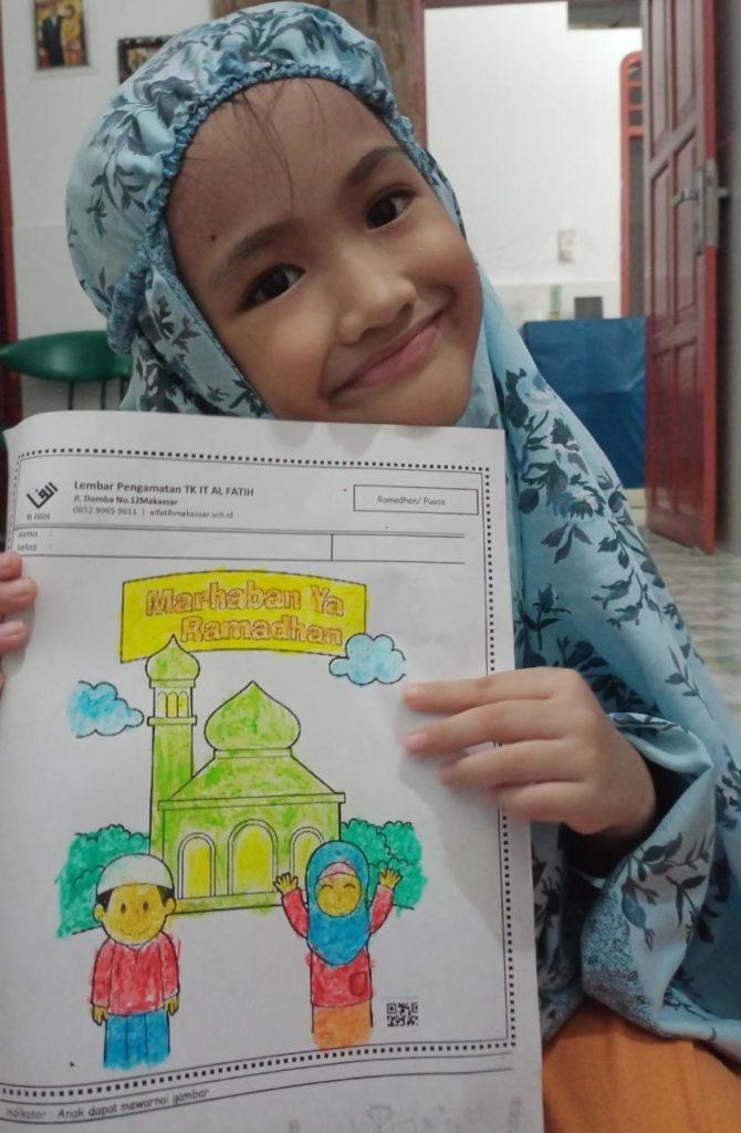 Ananda Hafeeza, kelas A1 mewarnai gambar masjid