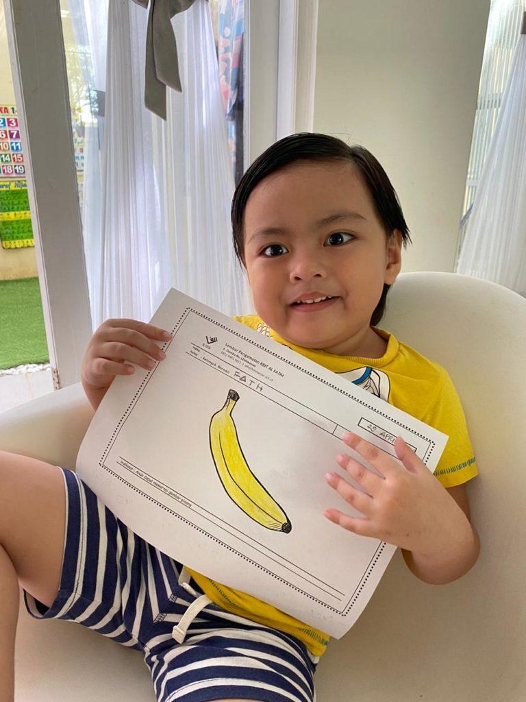 Ananda Fath, kelas play grup mewarnai gambar pisang