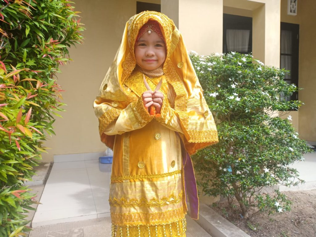Ananda Nasywa memakai baju adat pada LFH tema negaraku