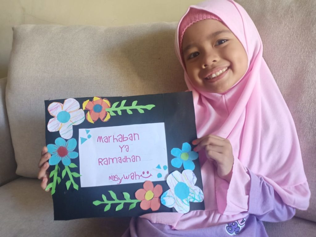 "Kegiatan LFH, ananda Nasywa menghias bingkai tulisan "" marhaban ya Ramadhan"""